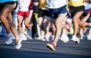 """""""Maratona a staffetta 7×6""""  Corriamo insieme per vincere il Covid  REGOLAMENTO L'A.S.D. G.S. Runners Cagliari, con il patrocinio del Comune di Cagliari e con l'approvazione del Comitato Regionale F.I.D.A.L. (Federazione Italiana di Atletica Leggera) organizzano a Cagliari il 26 Settembre 2021, la manifestazione sportiva Regionale denominata """"Maratona a staffetta 7×6"""", gara di corsa su pista, a squadre, composte da 7 staffettisti che dovranno percorrere ciascuno 6.000 metri, equivalenti a 15 giri di pista, eccetto i primi staffettisti che dovranno percorrere 6.200 metri. I chilometri complessivi per squadra saranno 42,200 Km. Composizione delle squadre: saranno composte da atleti/e di qualsiasi categoria, soci di un'unica società sportiva regolarmente affiliata alla FIDAL. Saranno ammesse squadre miste composte da atleti e atlete, anche di società diverse e di atleti in possesso della Runcard, ma saranno considerate fuori classifica. Si stilerà la classifica per le squadre composte di soli atleti M e per sole atlete F. Per motivi di organizzazione, potranno essere ammessi solo 16 staffettisti in pista e quindi solo 16 squadre. Nel caso risultino più squadre iscritte, saranno accettate le prime 16 squadre ad iscriversi. Ai fini della classifica, si adotterà un coefficiente di compensazione del tempo complessivo in base alle medie delle categorie, approvato dalla FIDAL. TABELLA DI COMPENSAZIONE  Se la media delle categorie per squadra, composta da soli uomini o da sole donne, per esempio composta dalle seguenti categorie (35, 45, 50, 50, 65, 75, 80) risulta una media di 57,14 il tempo complessivo dei 7 staffettisti espresso in ore.min.sec, per esempio 3.54.30 verrà moltiplicato per il coefficiente tra 0,85 e 0,80, verosimilmente 0,83 ottenendo un tempo compensato in 03.14.38. Se in invece lo stesso tempo viene realizzato da un'altra squadra con una media delle categorie equivalente a 64,00 si utilizzerà il coefficiente 0,78, ricavando il tempo compensato di 03.02.55, m"""